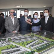 Presidente Bolsonaro  diante da maquete da expansão do ITA